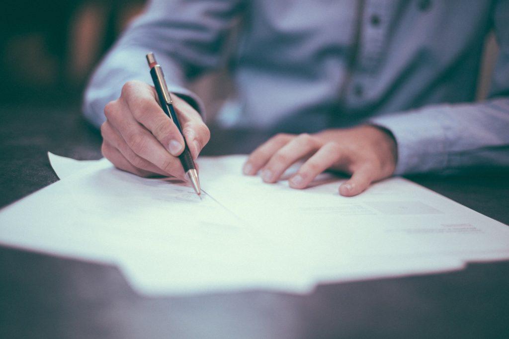 Unterlagen beim Hauskauf sorgfältig prüfen